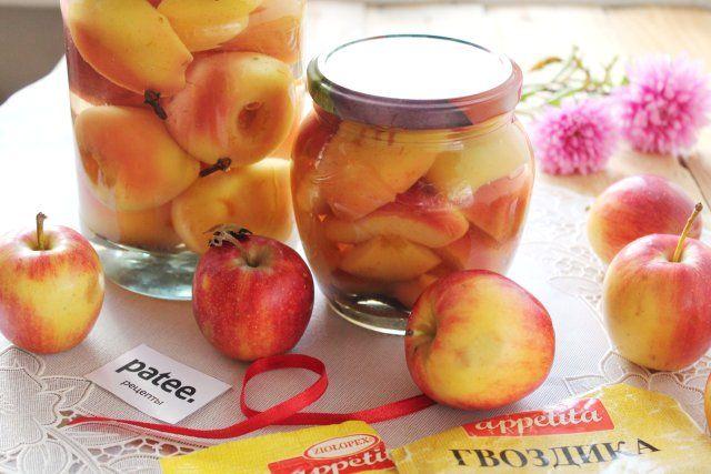 Маринованные яблоки - отличная праздничная закуска и дополнение к мясным блюдам. Кисло-сладкие, пряные плоды станут настоящим украшением вашего стола. Яблоки, маринованные на зиму, наряду с мочеными, всегда были востребованны на праздничных и иных застольях. Ведь кислота, содержащаяся в них, не только повышает аппетит, но и помогает организму справиться с праздничными излишествами.