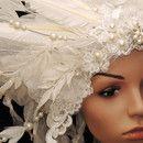 + +++ Schneekönigin +++ +   Farb-Design: weiß-creme Grösse: All -Size (über Gummibänder variabel)  Gedrahtete Federspitzen, wertvolle und mit Perlen bestickte Spitzen, Schmuckfedern und...