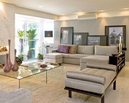 Sala em tons claros com sofa cinza e ilumina o direta for Chaise longue interiores