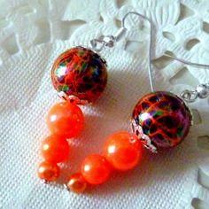 Bijoux fantaisie : boucles d'oreille perle noire marbrée orange et perles oranges