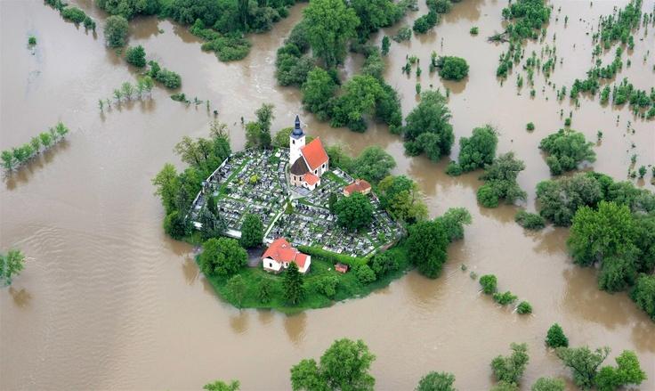 Povodeň (flood) Kostel a hřbitov U sv. Jiří v Plzni-Doubravce odřízla od okolního světa rozvodněná Berounka. www.idnes.cz