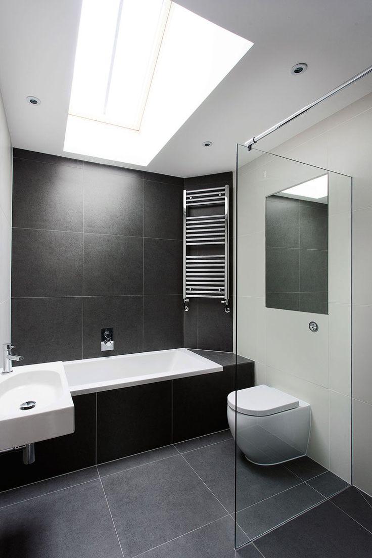 Ванная комната плитка идеи - использовать большие плитки на пол и стены // большой черный камень плитки в ванной помогут создать простой черно-белой цветовой гамме, и свет от фонаря делает в ванной комнате, чувствовать себя выше и более открытая.