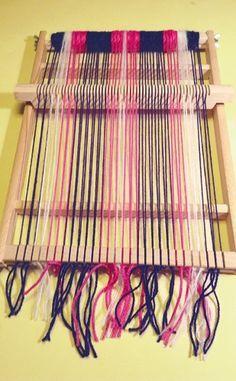Schal weben mit dem Schulwebrahmen