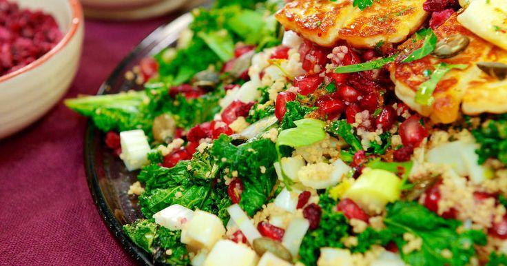 Fruktig couscoussallad med blodapelsin, granatäpple, grönkål och stekt halloumi.