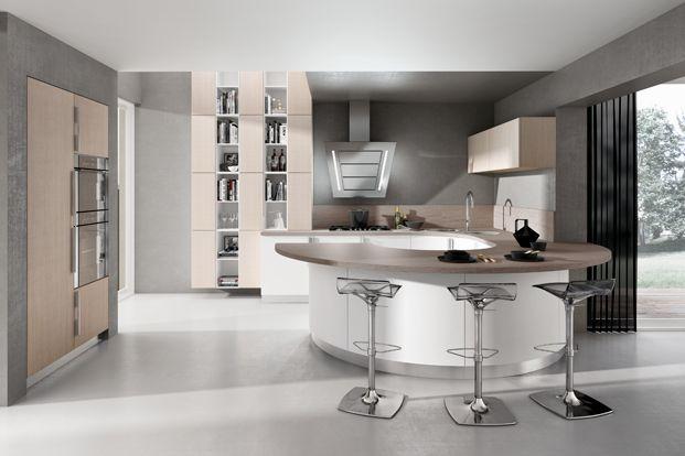 Cuisine design blanche arrondie avec plan de travail bois, bar et évier arrondi