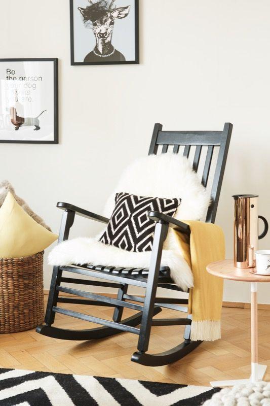 Lieblingsplatz: Sobald im Wohnzimmer ein Schaukelstuhl steht, möchte ausnahmslos jeder unbedingt darauf sitzen. Warum? Weil er einfach herrlich gemütlich ist, vor allem in Kombi mit einem kuscheligen Schaffell, Kissen und Plaid.