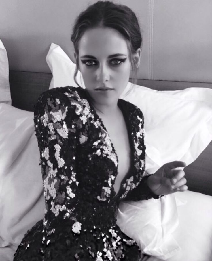 I'm a little obsessed with Kristen Stewart's eye makeup in this photo