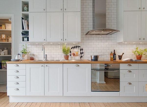 Encimera de madera en cocina blanca