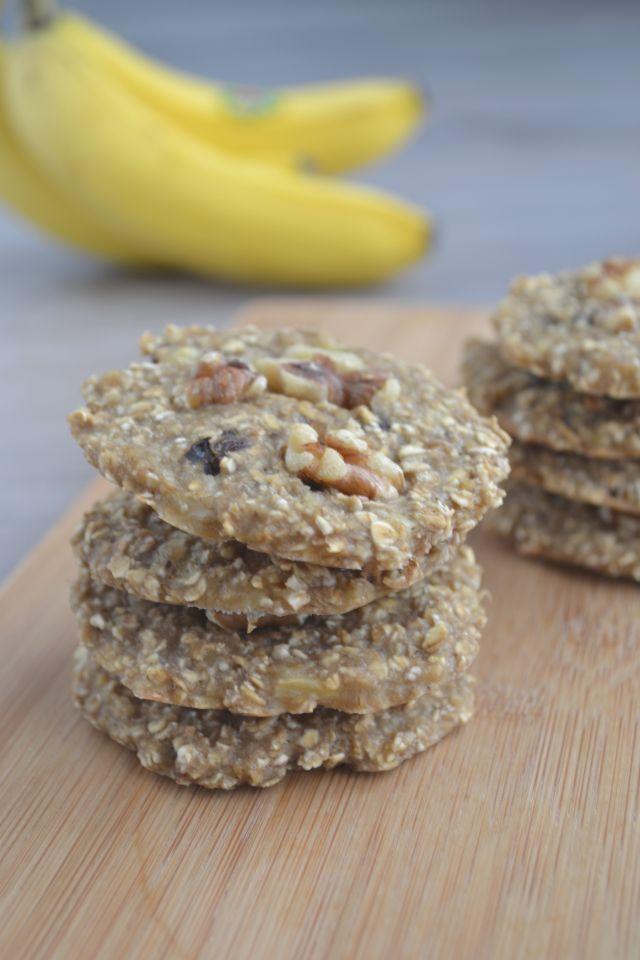 Deze simpele havermout koekjes maak je van een rijpe banaan en wat havermout. Ik voegde er wat rozijntjes en walnoten aan toe. Smullen!