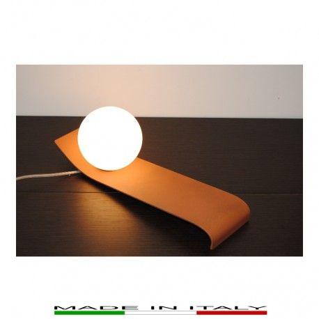 WAVE - Lampada da tavolo, realizzata in metallo laccato nei colori rame e wengé. Diffusori in vetro bianco opale satinato.