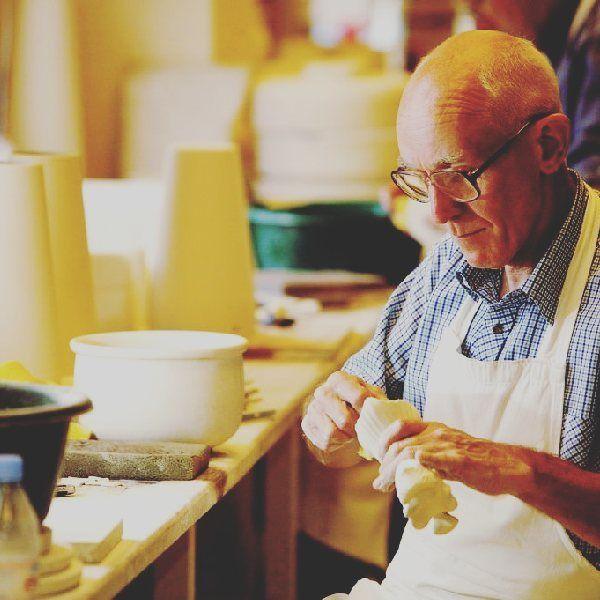 Le saviez-vous ? Célèbre pour sa fine porcelaine et son vernis étincelant, la poterie de #Belleek, tout près du #WildAtlanticWay, est l'une des attractions touristiques les plus populaires d'#Irlande. La fabrique est encore en activité. 📷NITB