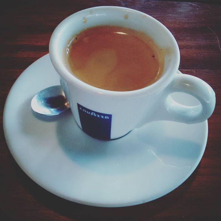 Um sábado lindo e cheio de energia para todos! #bomdia #cafe #lavazza #espresso #instacoffee #coffeelovers #saturday #depratosaprosas