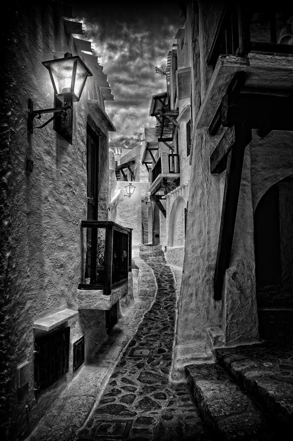 por la estrecha calle... by Elvira Castellví, via 500px