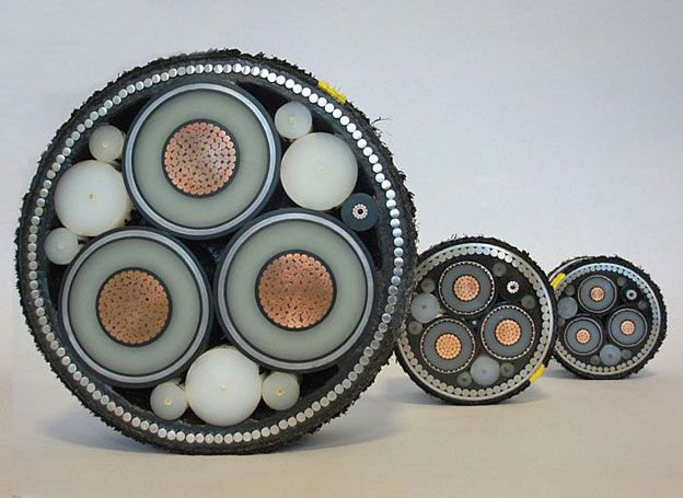 Electric power distribution undersea cable for submarine applications