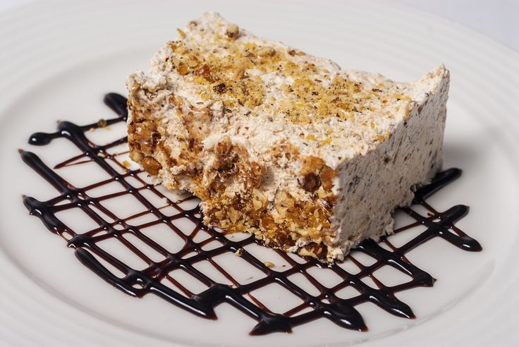 Today our pastry chef invites you to taste a dessert both creamy and crunchy: almonds parfait. It's a delight!