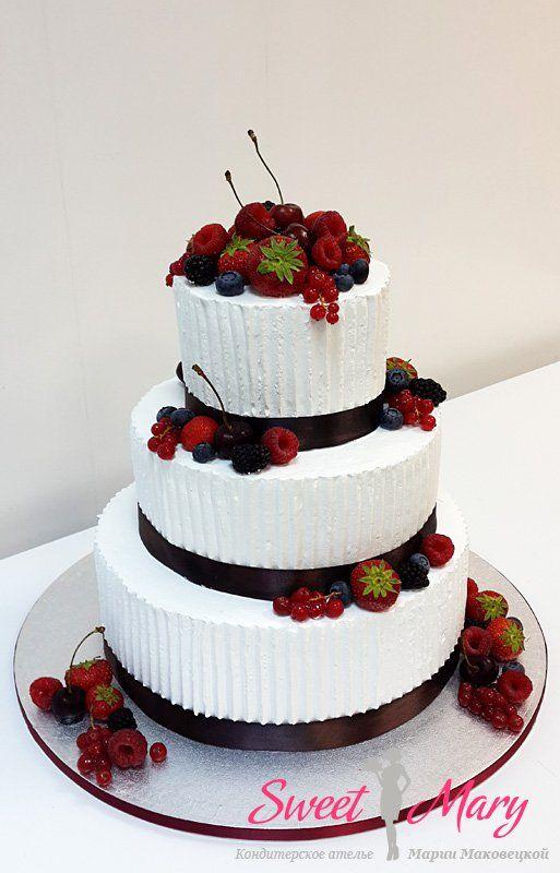 Торт с ягодами и кремом, в отделке не используется мастика. Свадебный торт, тем не менее, смотрится изысканно и празднично.