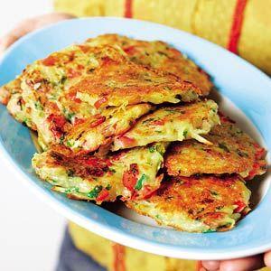 Aardappelpannenkoekjes /  - 100 g bloem    - 150 ml bouillon (van tablet), afgekoeld     - 2 x 75 g rauwe ham, fijngesneden    - 1/2 rode paprika, in blokjes    - 2 el verse peterselie (zakje a 30 g), fijngesneden    - 2 el verse bieslook (zakje a 15 g), fijngeknipt     - 600 g aardappels, geschild     - olie of bakboter