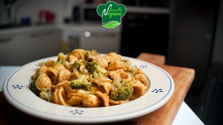 Orecchiette con broccoli e pesto rosso | un accostamento, broccoli e sto pesto, devo dire molto riuscito. Fate imbiondire uno scalogno finemente lesionato e un pò di peperoncino. Poi buttateci dentro le cimette di broccolo, svaporate con un pò di vino bianco e fate cuocere. Se c'è bisogno aggiungete brodo (o acqua. Salate. Fate la pasta e poi lesionate tutto insieme... prima mescolatela col pesto aggiungendo liquido di cottura dei broccoli e poi ci mettete i broccoli. Voilà