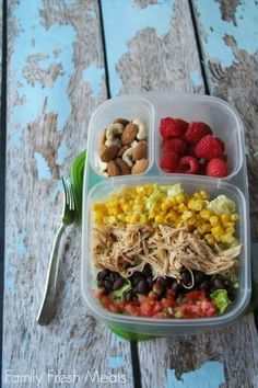 Gesundes Essen to go - auch unterwegs kann man gesund essen - solche Dosen mit mehreren Fächern eignen sich super!