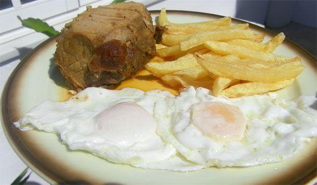 Lomo en manteca con huevo frito y patatas fritas del restaurante La Barca de Vejer