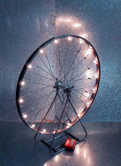 Une lampe à partir d'une roue de vélo