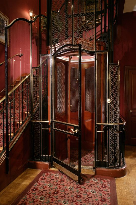 Vieil ascenseur d'immeuble avec plein de couinements et de bruits de poulies