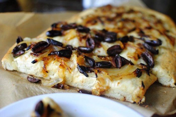 La focaccia con cipolle e olive nere si prepara sbucciando e lavando le cipolle e mettendole a cuocere per aggiungere dopo qualche tempo le acciughe ...