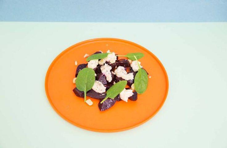 Oppskrift på bakt rødbetesalat med spinat og hvit geitost av Jonas Lundgren #treningsmat #vegetar #sunn #jonaslundgren
