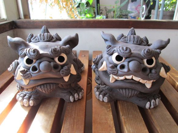 ホーヤーとは、沖縄の方言で「伏せる」という意味です。上体を伏せたシーサーが魔物を威嚇し寄せ付けない様にと思いを込めて作りました。残念ながら焼成時に口開きシーサ... ハンドメイド、手作り、手仕事品の通販・販売・購入ならCreema。