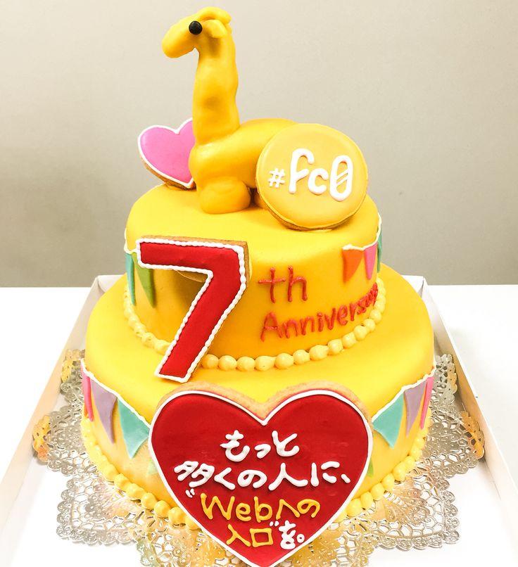 キリンのシャチョーさんが乗った、黄色い二段ケーキ