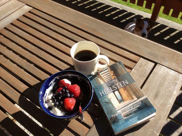 """Inspiroiduin auringosta, marjaherkusta, valaisevasta kirjasta ja hyvästä seurasta! Kuten Hellsten kirjoittaa....""""Mitään muuta hetkeä ei ole kuin tämä hetki, juuri tässä."""" -Kirsi Kiviniemi-"""