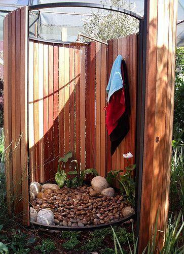 Nice outdoor shower design. Venez profitez de la Réunion !! www.airbnb.fr/c/jeremyj1489