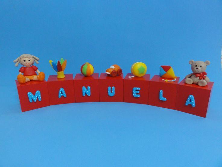 Cubos em madeira (mdf), pintados, envernizados e decorados com letras e brinquedos modelados em biscuit. <br>Brinquedos com altura entre 3 e 5 cm. <br>Valor referente a 7 cubos.