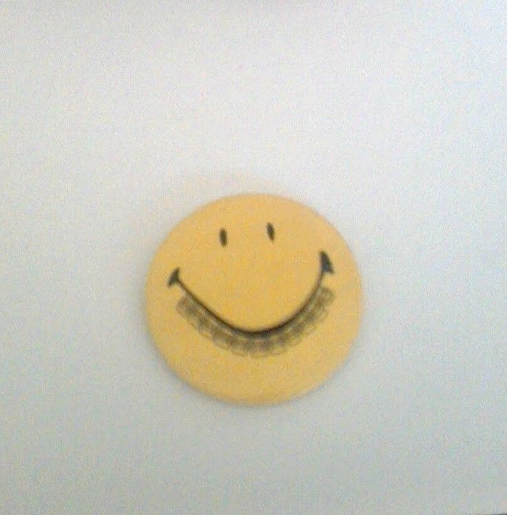 VTG. SMILEY FACE WITH BRACES ON TEETH  PIN BADGE