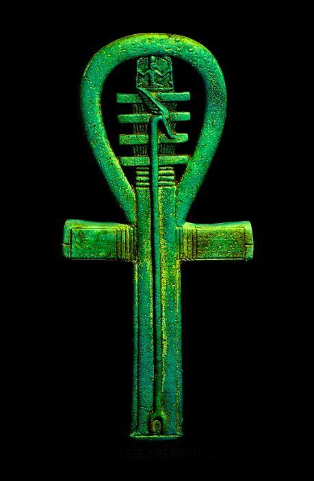 ☥ Simbologia do amuleto Ankh (material lápis-lazúli): O Ankh é um símbolo egípcio. Combinando a cruz Tau do deus Osíris e a forma oval da deusa Ísis, simboliza vida. Foi mais tarde adoptado pela igreja copta cristã do Egipto. A parte vertical e central da cruz, que costuma tocar e prolongar-se até à forma oval (Ísis), simboliza o pilar do deus Osíris. - (Faience amulet in the shape of an ankh, 25th dynasty to Late Period, 700-500 BCE).