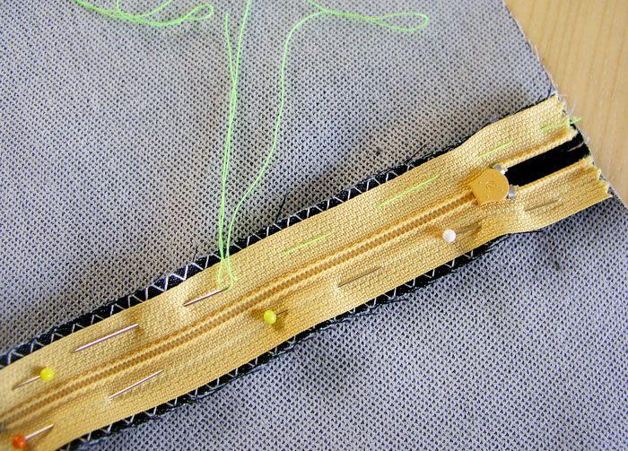 HIlvanar la cinta de la cremallera a los márgenes de costura.