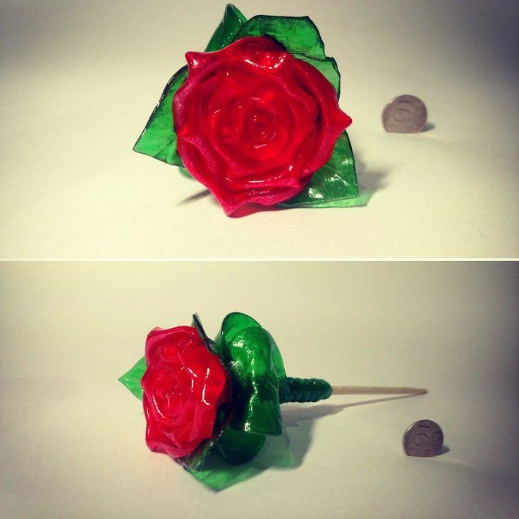 Роза на палочке алая