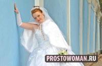 Выбирая большие свадебные платья, необходимо понимать, что облегающие и цепкие материалы, которые часто используются для мини-платьев, в данном случае абсолютно не подойдут. Пышная фигура в свадебном платье должна быть сбалансированной, т.е. юбка должна быть сшита таким образом, чтобы подол не был меньше объема бедер.