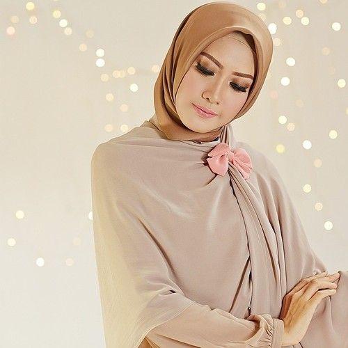 Chiffonsjal med en vacker brosch för att täcka axlarna. Påminner om vad jag ser många somaliska kvinnor göra i moskén.