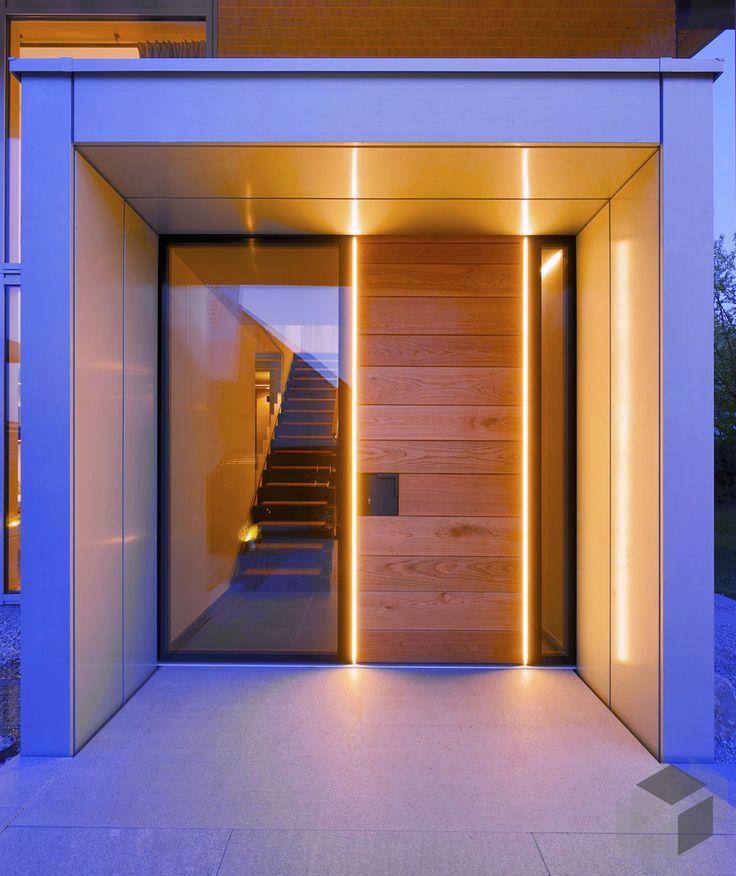 Beleuchteter Eingangsbereich mit Holz und Glas