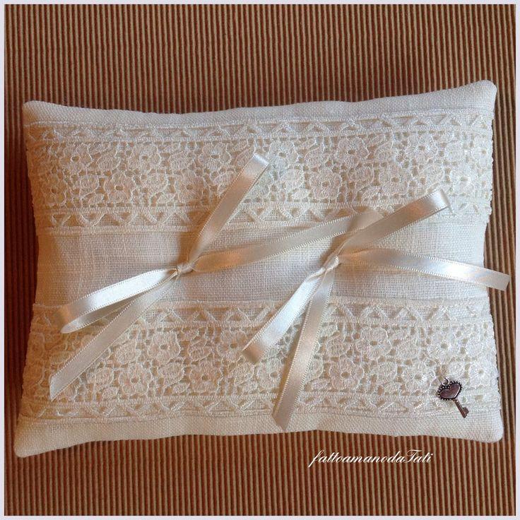 Cuscino porta fedi in lino bianco con prezioso pizzo, by fattoamanodaTati, 26,00 € su misshobby.com
