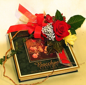 A truly delicious dessert classic, beautiful roses, fréziával, elegantly decorated with leaves and ribbon.
