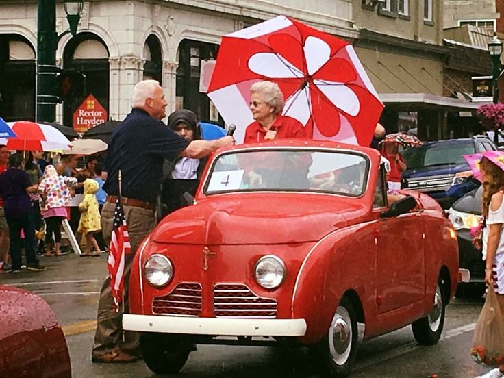 Grand Marshall Ann Blevins receiving the Jey To The City by Mayor Tom Prather July 4, 2017 1947 Crosley car!