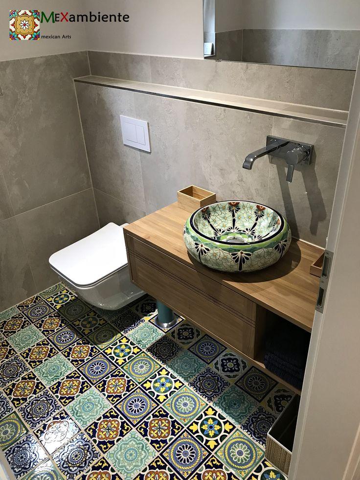 Tolles Gäste WC mit bunten mexikanischen Fliesen und Waschbecken von @mexambiente Alles handbemalt!  #buntefliesen #patchwork #gästewc #badideen #zementfliesen #waschbecken #waschtisch #fliesen #roomido #schönerwohnen