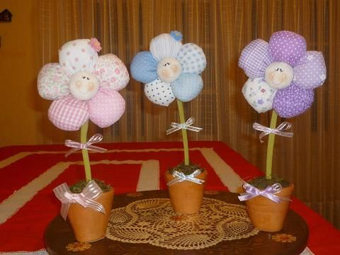macetas con flores de tela