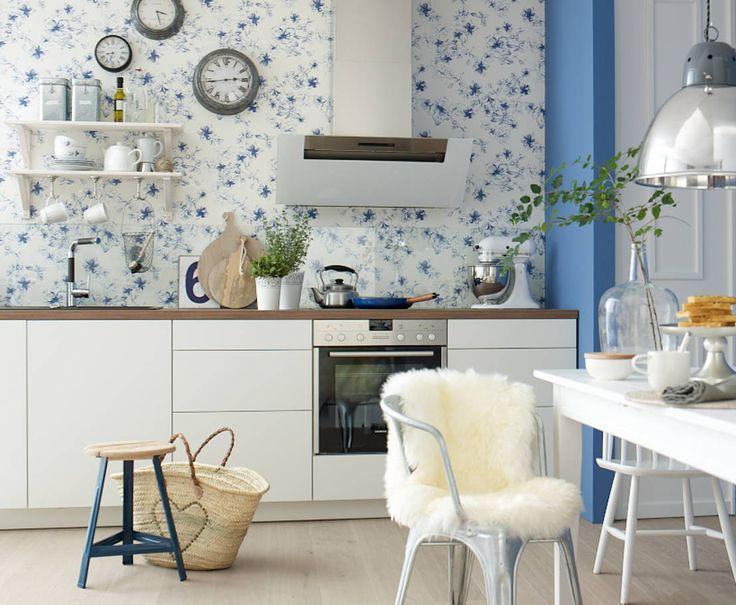 Mała kuchnia. Dekoracje kuchenne. Pomysły na kuchnię. Zobacz więcej na: https://www.homify.pl/katalogi-inspiracji/38138/jak-ciekawie-urzadzic-kuchnie-w-bloku