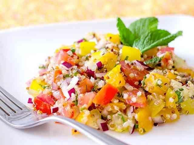 カラフルなトマトとキヌアのサラダ  ヴィーガン、グルテンフリーのサラダです。★by ヘルスコーチ★ Maxerbear    材料 (4人分) キヌア 1/4カップ 赤いトマト (小)、種を取り除いて角切り 2個 オレンジのトマト (小)、種を取り除いて角切り 2個 黄色のトマト (小)、種を取り除いて角切り 2個 紫玉ねぎ、みじん切り 1/4個 生のミント、バジル、またはディル 大さじ4 レモン汁 大さじ1 エキストラバージンオリーブ油 大さじ1 塩 適量 こしょう 少々 作り方 1 鍋に1/2カップの水と1/4カップのキヌアを入れて沸騰させます。 2 火を弱め、蓋をして水分がなくなるまで約10~15分間炊きます。キヌアを冷まします。 3 ボウルにキヌアと残りの材料をすべて入れて混ぜます。ラップをして冷蔵庫で冷やします。 4 愛と感謝のエネルギーを注入して食卓に出します! コツ・ポイント…