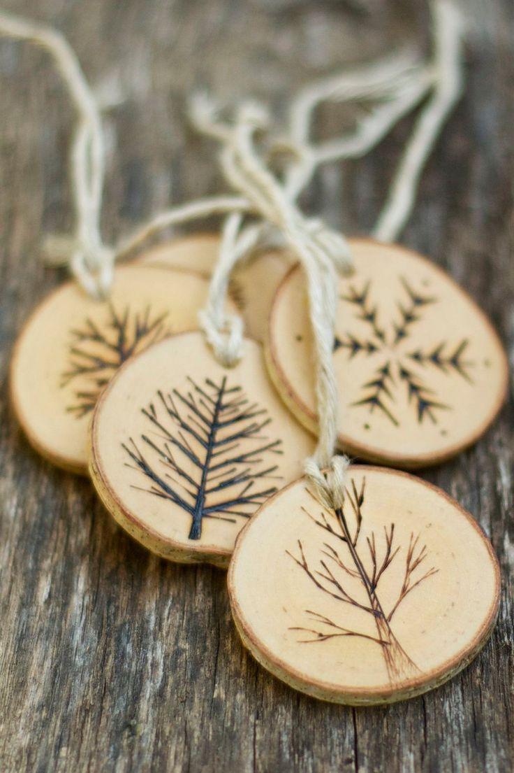 Ornements de Noël de branche arbre - arbres brûlés bois - rustique, naturel et éco - comme on le voit dans la vie à la campagne par thesittingtree sur Etsy https://www.etsy.com/fr/listing/208186079/ornements-de-noel-de-branche-arbre