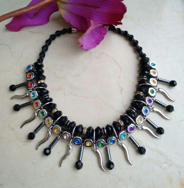 Negro con cadena multicolor