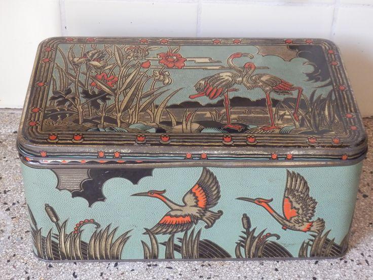 Heel oud Frans blik. Mintgroen met zalmkleurige vogels. Blikvanger! Schoon van binnen, geen roest. 33x20 cm, hoogte 14 cm. Verkocht.